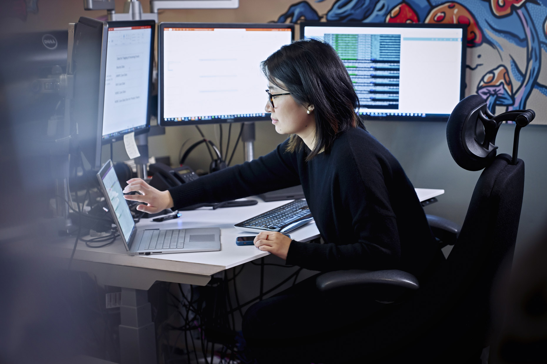 woman-working-touch-screen-laptop-five-monitors-microsoft-Inti-St-Clair-IS20190313_MS365_4384